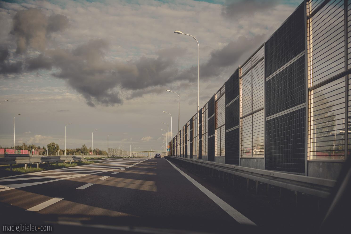 Dramatyczne chmury nad autostradą