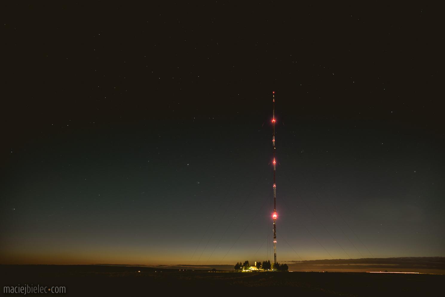 Maszt radiowy w Piaskach – Radiowo-Telewizyjne Centrum Nadawcze w Piaskach nocą