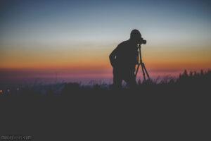 Fotograf podczas zachodu słońca