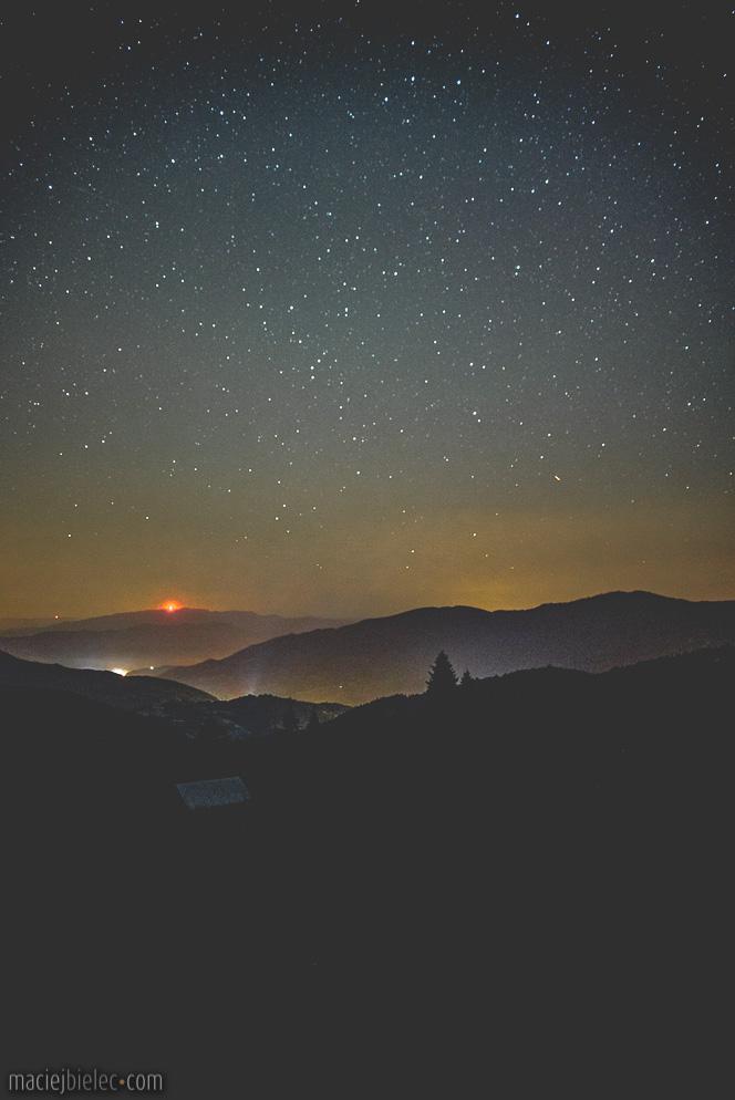 Widok na Ochotnicę nocą