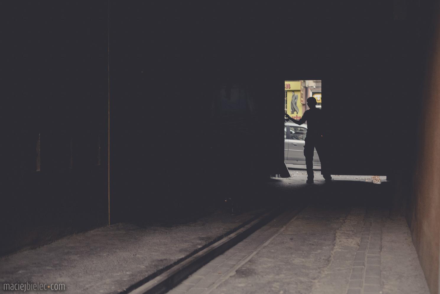 Ciemna brama i aparat