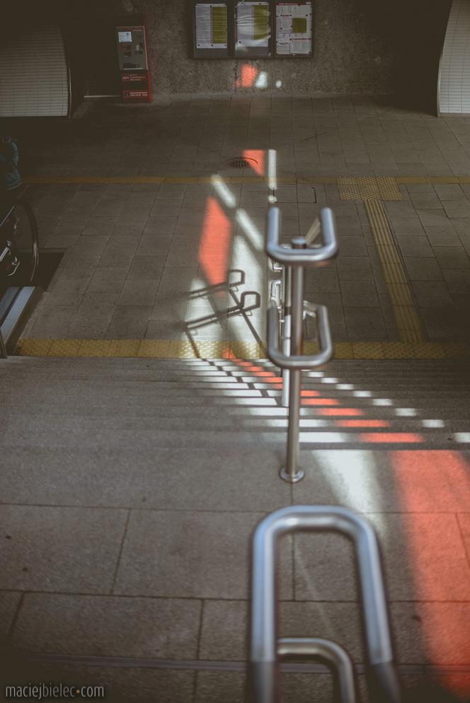 Czerwony ślad na schodach