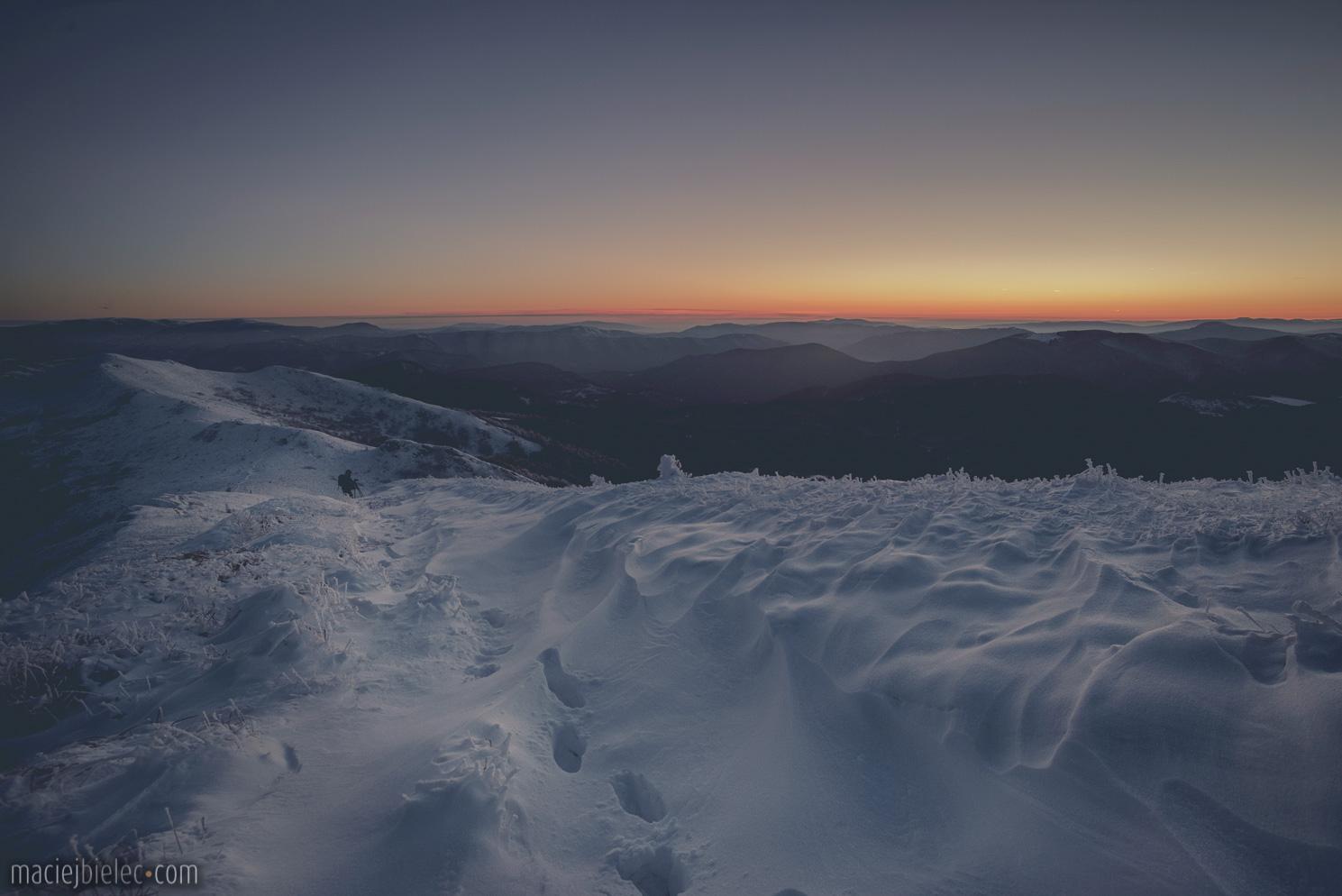 Głęboki śnieg na szlaku w Bieszczadach