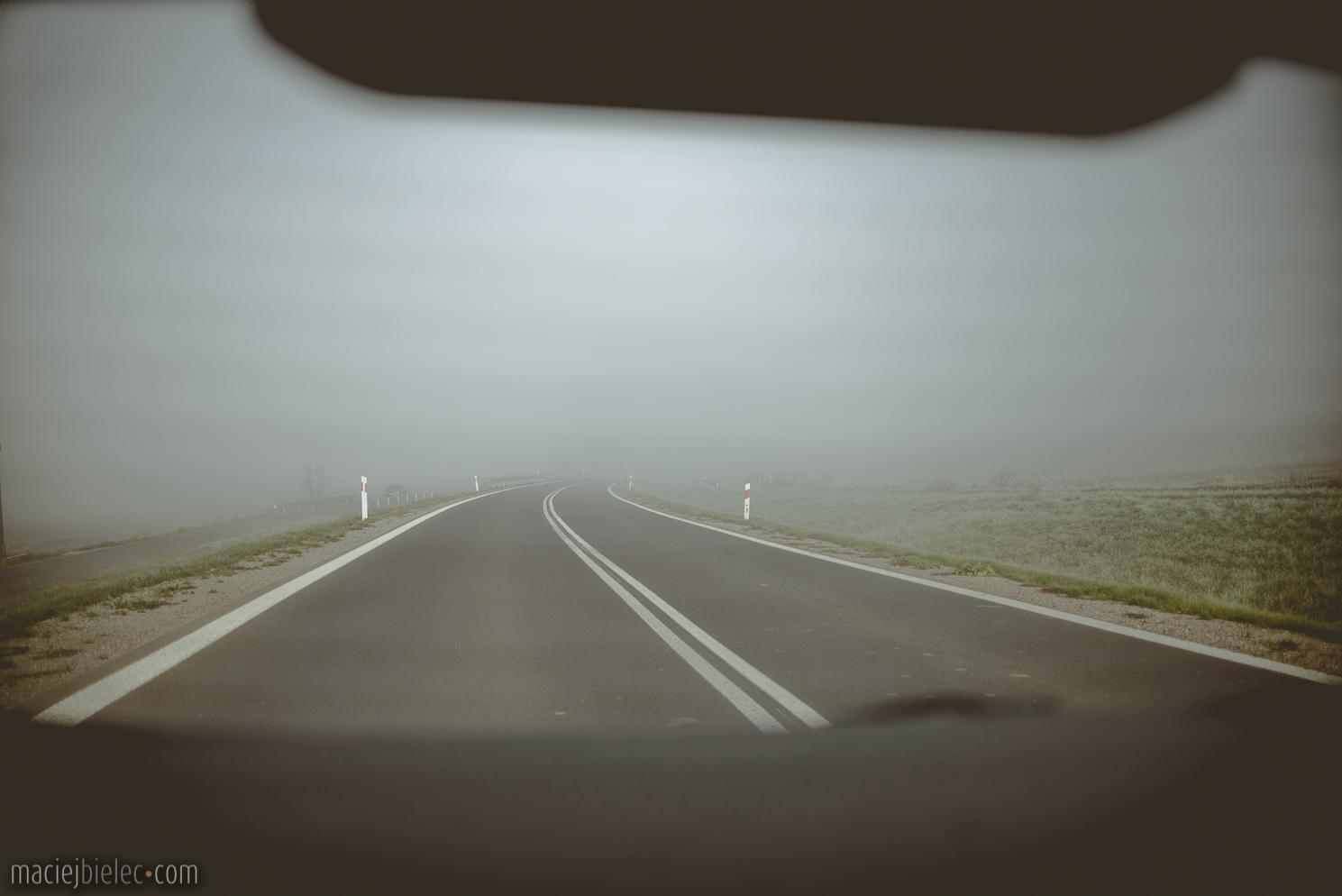 Gęsta mgła na drodze